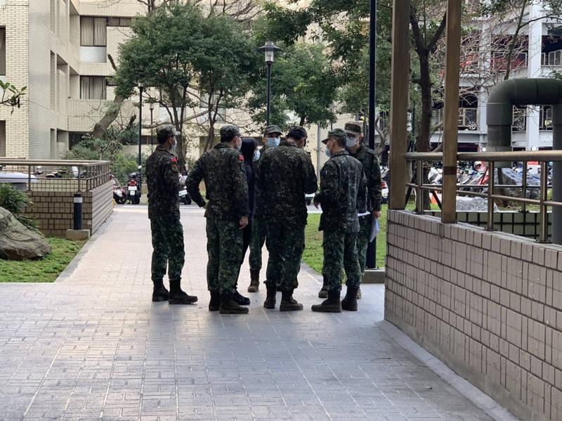 今天上午有多名身著迷彩裝的軍人,在部立桃園醫院的院區內外四處拍照,疑似勘查化學兵消毒的路徑與區域。(記者陳恩惠翻攝)