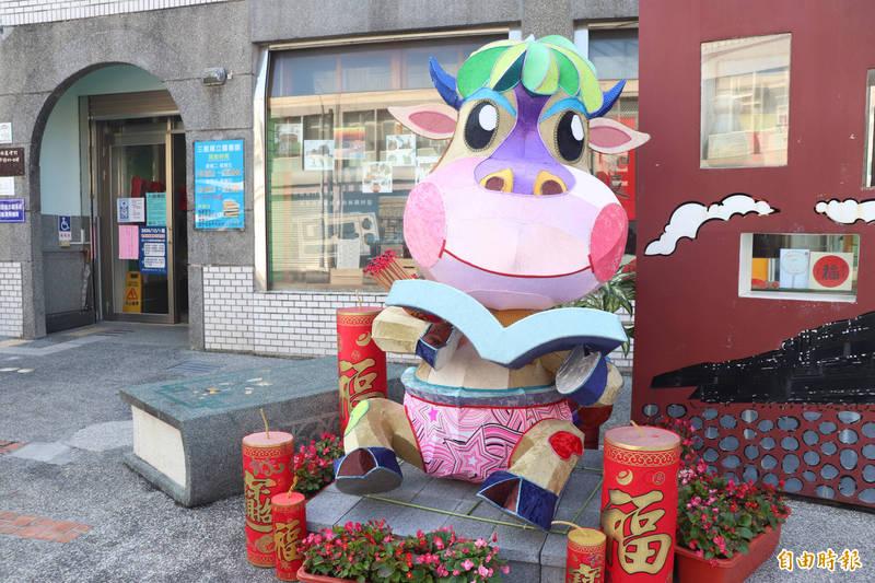 著名花燈藝術家王昱仁,為鄉公所製作一頭可愛的牛花燈,取名為蔥的台語諧音「聰仔」。(記者林敬倫攝)