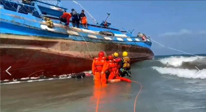海巡、消防單位及附近漁船聯手在新北三芝外海,救出擱淺傾斜的新01號漁船船上6人,場面驚險。(記者吳仁捷翻攝)