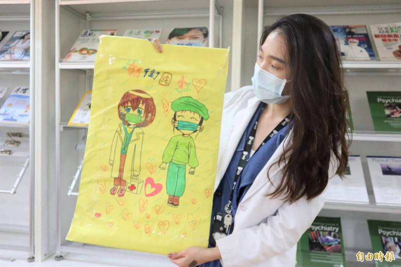 衛福部立桃園醫院爆發院內群聚感染事件,北中南部多所國小、幼兒園寄來致謝和打氣卡片,讓醫護人員相當感動。(記者陳恩惠攝)