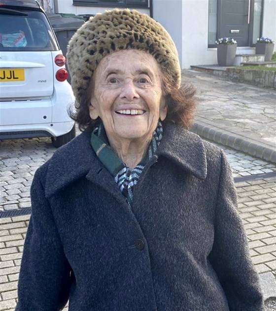 The 97-year-old British grandmother Albert escaped from the Nazi massacre and defeated Wuhan pneumonia.  (Reversed from Twitter @dovforman)