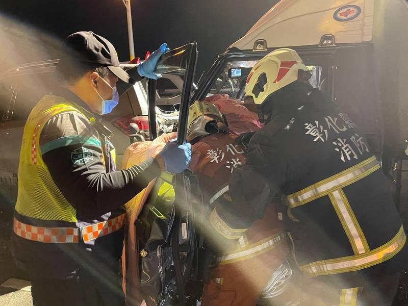 中彰快速道路晚間驚傳5車連環追撞,消防員出動破壞器材將駕駛救出送醫。(記者湯世名翻攝)