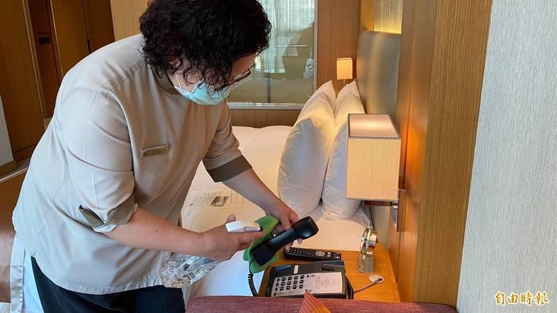 台中飯店業加強房間與共同空間消毒防疫。(記者蔡淑媛攝)
