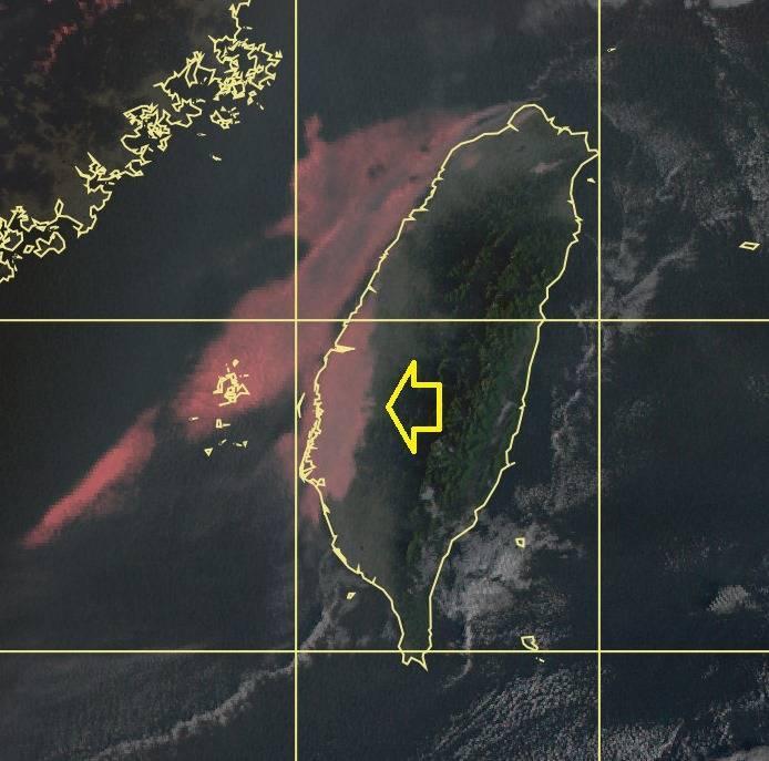 氣象局長鄭明典PO文指出,台灣西部南部今天遭霧氣籠罩,並解釋霧區的氣溫和相對濕度幾乎反對稱,這應是輻射冷卻降溫後產生的霧,為輻射霧。(圖翻攝自臉書)