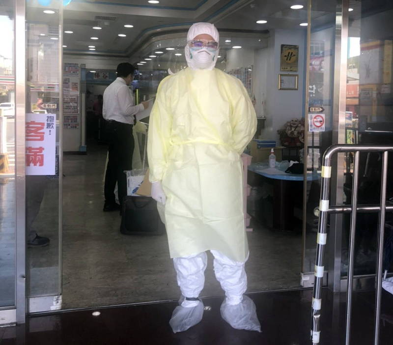 偵查佐這次沒有穿防彈衣,而是穿全套防護衣進入防疫旅館,事後他說,這比抓壞人還可怕,佩服醫護人員的勇氣。(記者王捷翻攝)
