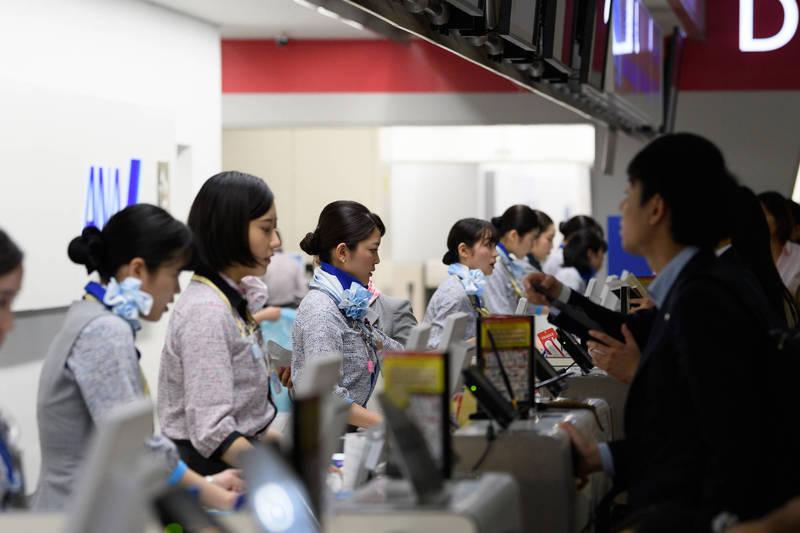 日本航空公司全日空將引進「不問理由長休2年制度」,可以壓縮勞務費。(彭博)