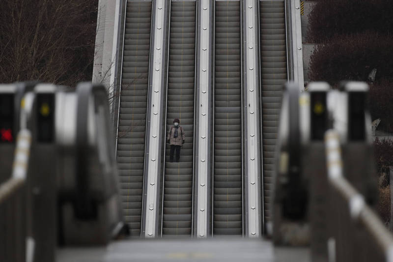 南韓中央防疫對策本部今通報,截至零時,較前1天增加354例,另有11人死亡,目前累計7萬5875例確診、1371人死亡。示意圖。(美聯社)