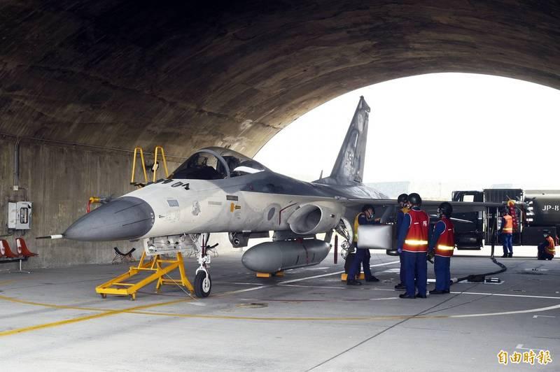中共軍機近日頻繁擾台,我IDF戰機今(26日)進行模擬演習,連《路透》也趕來採訪,直呼台灣大秀肌肉。(記者張忠義攝)