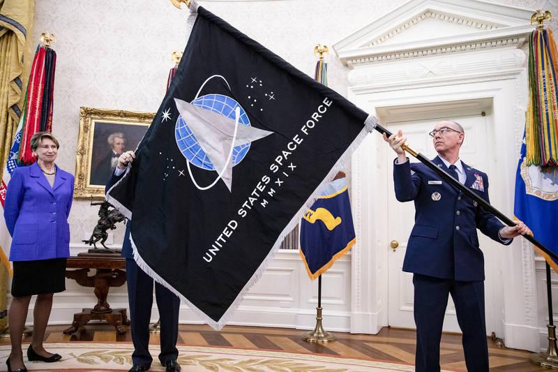 拜登政府目前尚未表明將如何處理川普(Donald Trump)留下的「太空部隊」(the Space Force),不過新政府有興趣和太空相關的企業合作,以加強軍事力量。示意圖,圖為川普去年在白宮展開他的太空部隊旗幟。(彭博)