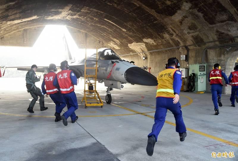 空、地勤官兵聽聞警鈴響起後直奔機堡,並在律定時程內發動戰機、待命起飛,展現訓練成果。(記者張忠義攝)