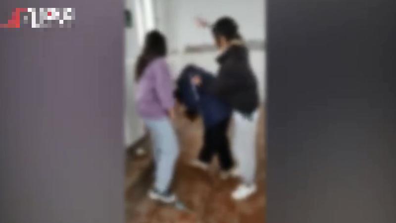 中國安徽省一名國二女學生(圖中),慘遭兩位女同學掌摑64次昏厥倒地,目前遭罷凌家長已報警處理。(圖擷自微博)