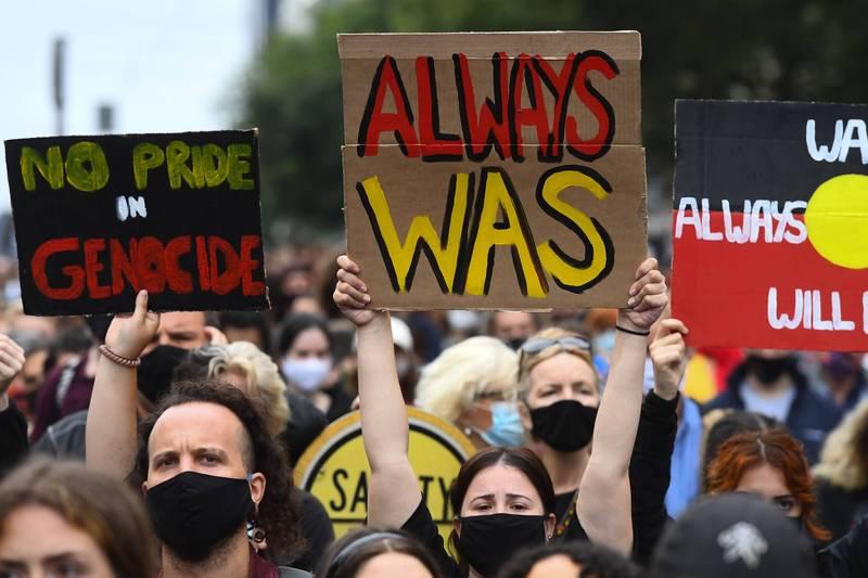 澳洲國慶日26日登場,今天除了慶祝的人外,也有部分民眾站上街頭,抗議這被視為「入侵日」的日子,圖為民眾抗議現場。(法新社)
