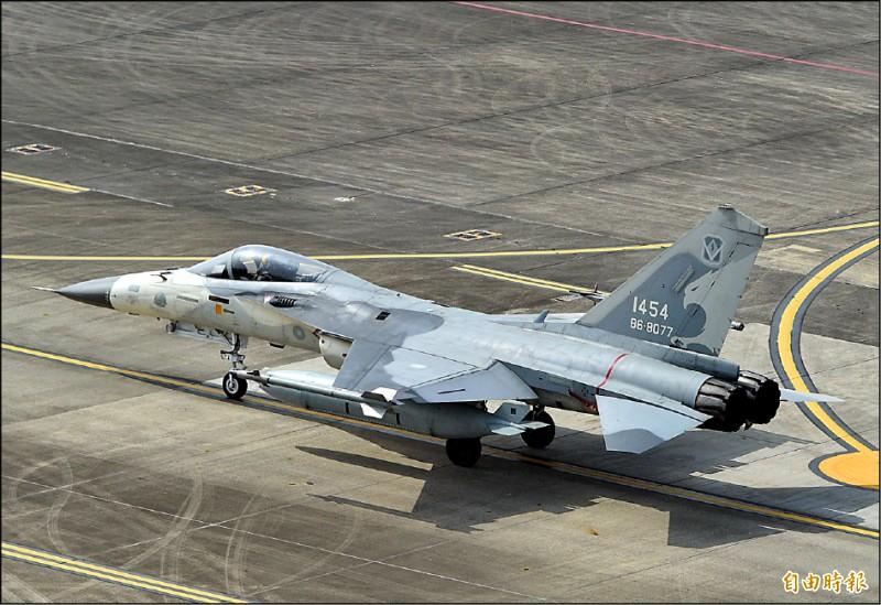 台南空軍一聯隊昨進行「春節加強戰備」訓練,驗證IDF經國號戰機五分鐘緊急完成飛行前準備能力。(記者張忠義攝)