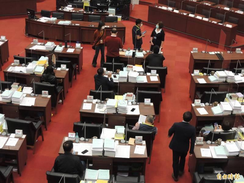 高市議會上午9:30表定開議時間,僅8位議員在場。(記者王榮祥攝)