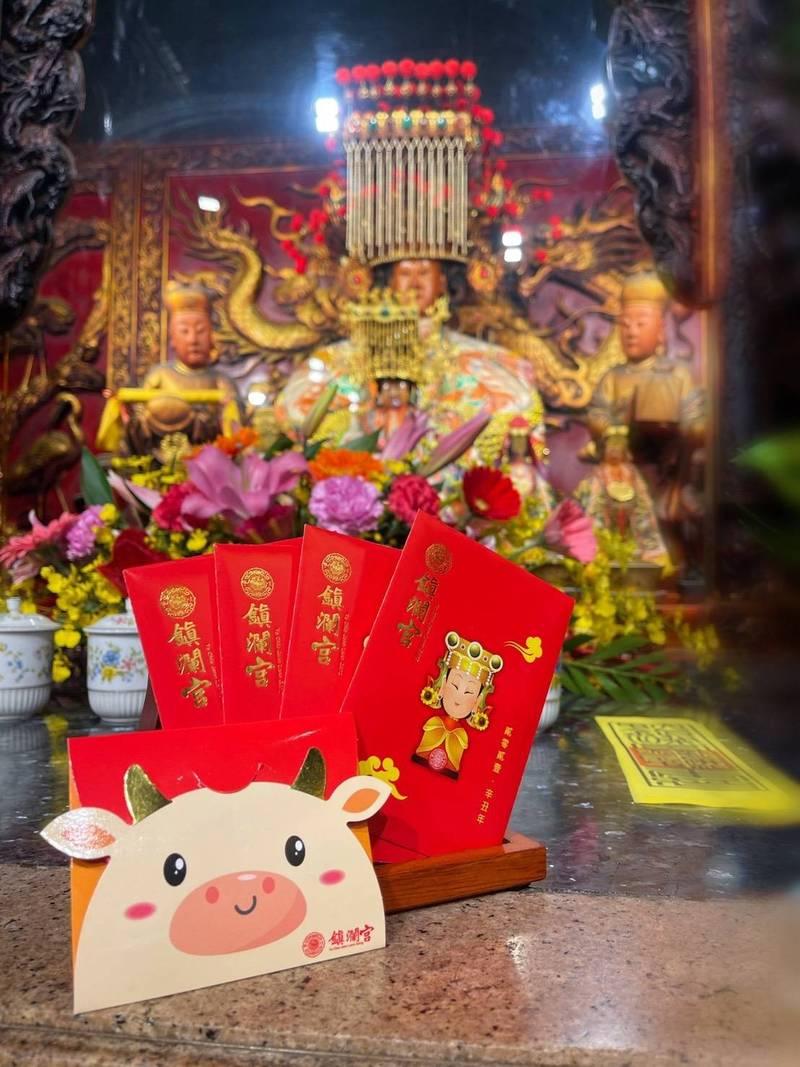 大甲鎮瀾宮今年印製8萬個小紅包,因疫情關係取消除夕發放,改由里長分送。(鎮瀾宮提供)