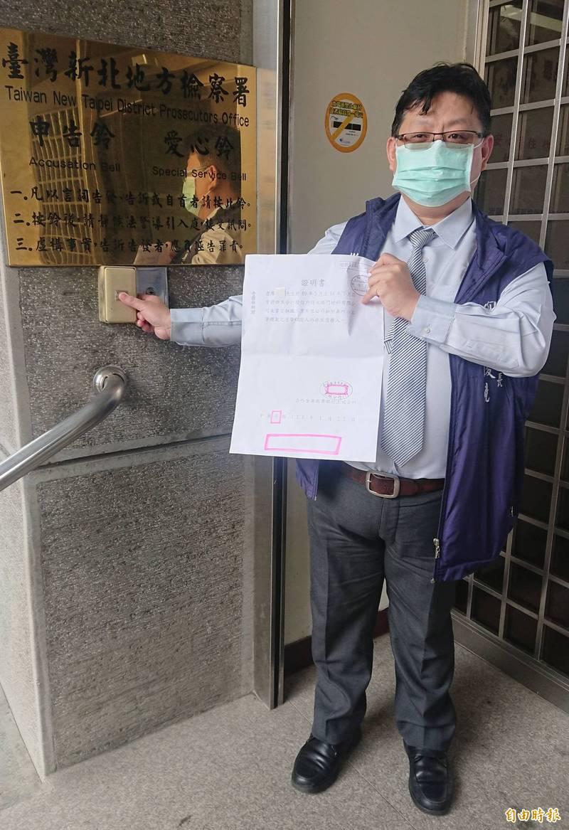 新北市樹林區農會理事長王俊堯今日赴新北地檢署,按鈴控告準備參選農會理、監事的前立委廖本煙,涉嫌偽造文書。(記者王定傳攝)