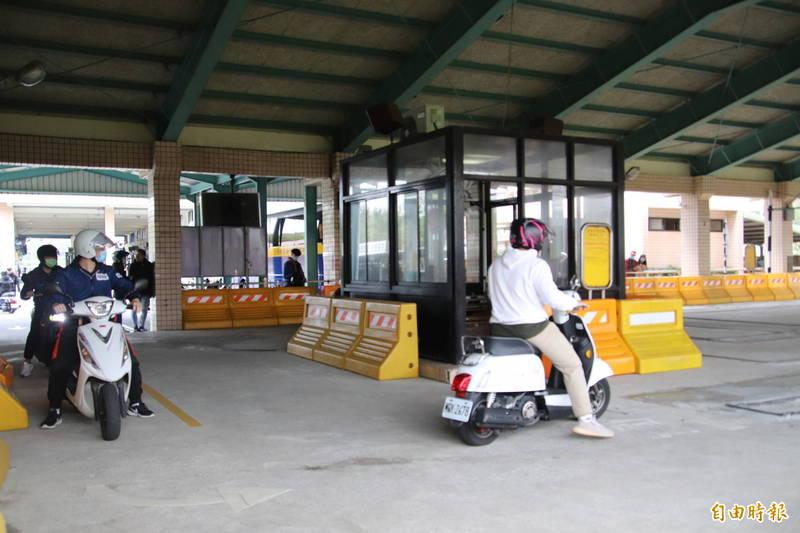 新竹區監理所本週六提供「假日門市」服務,其中機車考照必須事先網路預約。(記者黃美珠攝)