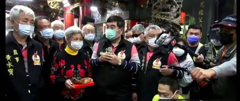 通霄白沙屯拱天宮媽祖南下進香 4月11日深夜出發。圖為擲筊現場畫面。(白沙屯媽祖網路電視台提供)