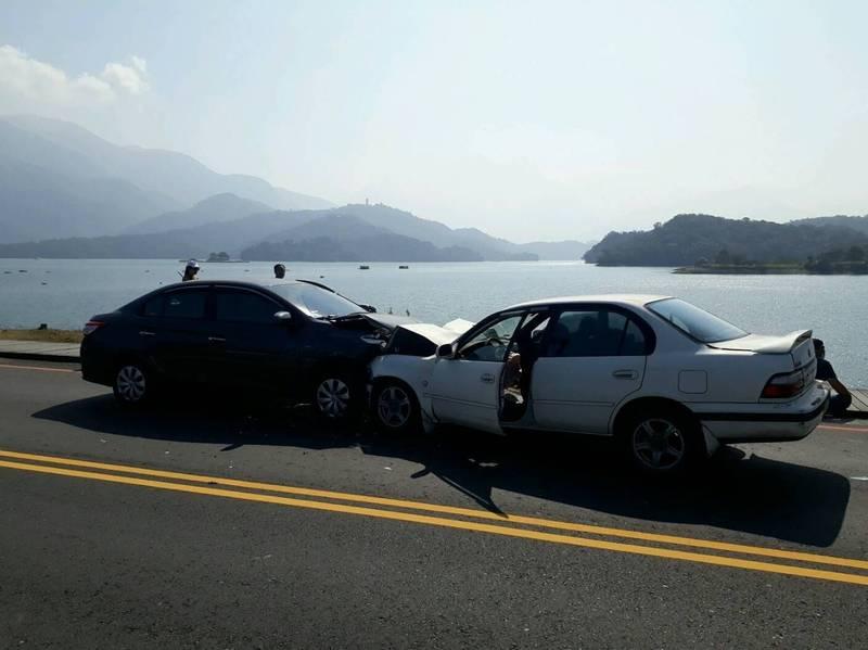 日月潭水社壩一輛灰色轎車(左)逆向行駛,與對向來車(右)撞個正著,幸好車速不快,沒撞進潭邊翻落,兩車駕駛僅受到輕傷。(記者劉濱銓翻攝)