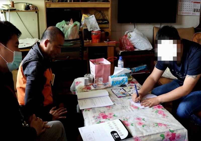 居家檢疫的陳男(右)離家遭罰10萬元,竟是遭討債集團打傷押走,釐清後徹罰還清白。(記者湯世名翻攝)