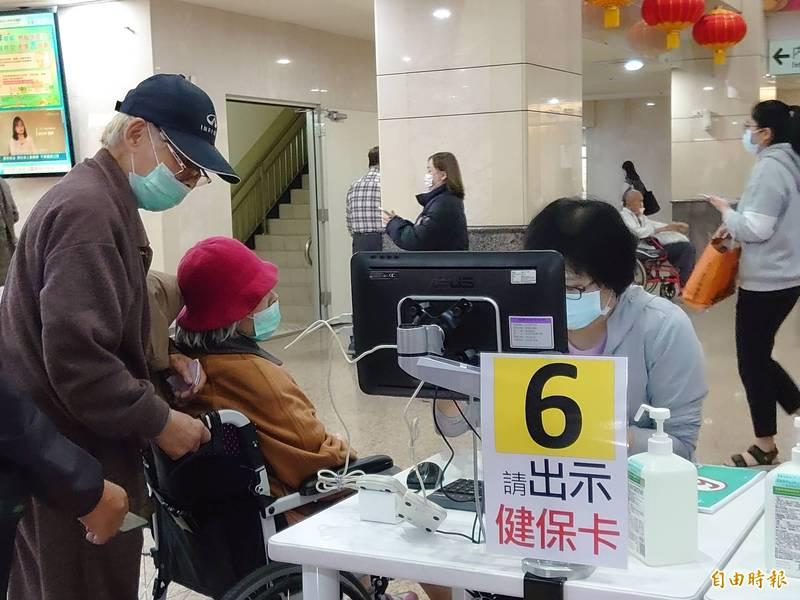 高醫推出預約看診、領藥服務,減輕民眾排隊負擔。(記者黃旭磊攝)