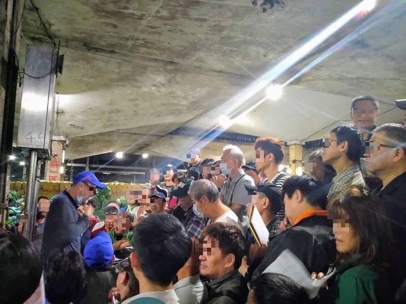 每日人流最多達4500人次的台北第一果菜市場,遭民眾檢舉未落實防疫,許多攤商、拍賣人員未戴口罩,恐成防疫破口。(台北市議員侯漢廷提供)