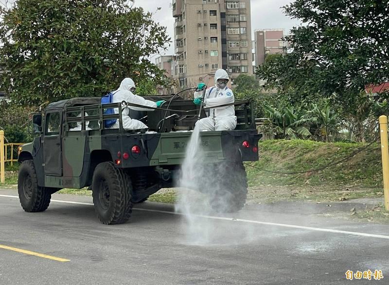 陸軍化學兵群支援蘆竹大竹地區10里進行消毒。(記者謝武雄攝)