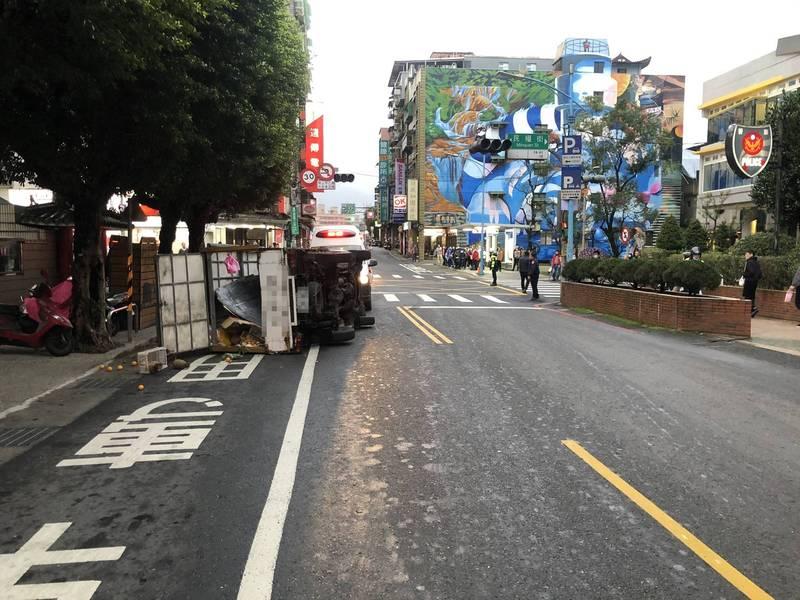 果菜小貨車與休旅車發生在瑞芳警分局前擦撞後90度側翻。(記者吳昇儒翻攝)