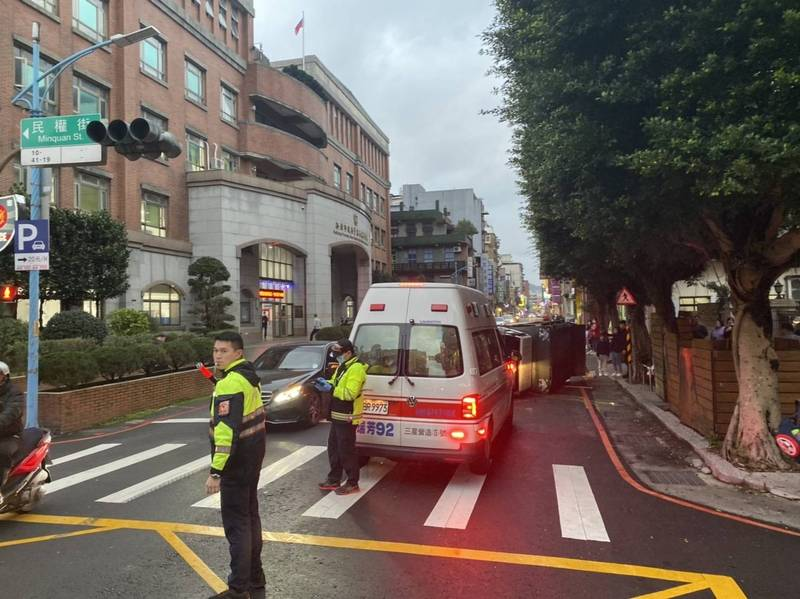 警方到場疏導交通。(記者吳昇儒翻攝)