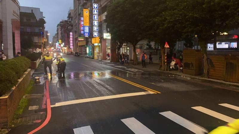 員警幫忙清掃散落的蔬果及汽車零件,以免其他用路人受傷。(記者吳昇儒翻攝)