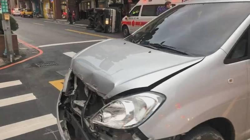 陳男車頭撞上小貨車後凹陷。(記者吳昇儒翻攝)