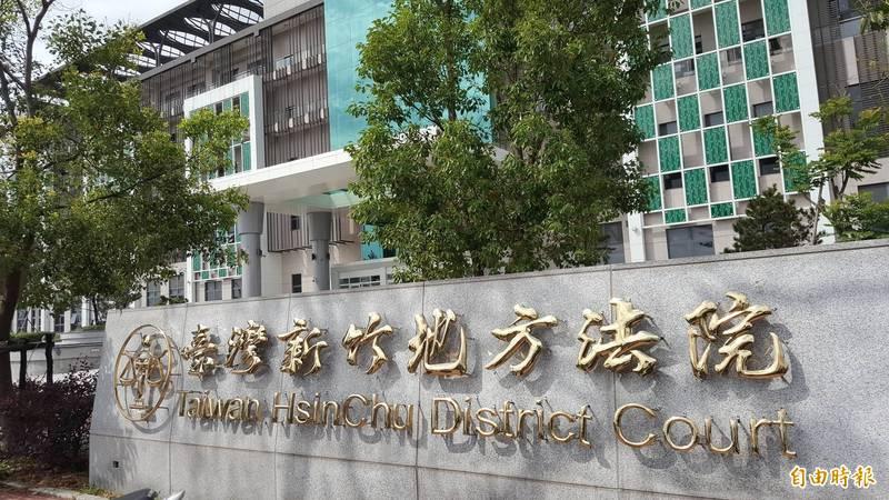 新竹地院依偽造文書罪判杜女有期徒刑2年8月,因她去年曾持刀攻擊送傳票的員警而強制就醫,妄想症發病已有多年,因此給予緩刑2年。(記者蔡彰盛攝)