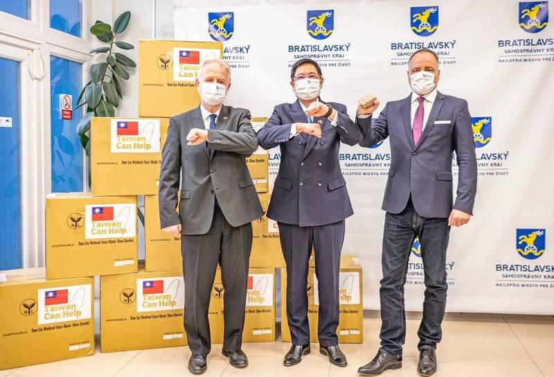 左起為斯洛伐克國會外交委員會副主席暨友台小組主席歐舒斯基(Peter Osuský)、台灣駐斯洛伐克代表李南陽、省長德羅巴(Juraj Droba)。(斯洛伐克代表處提供)