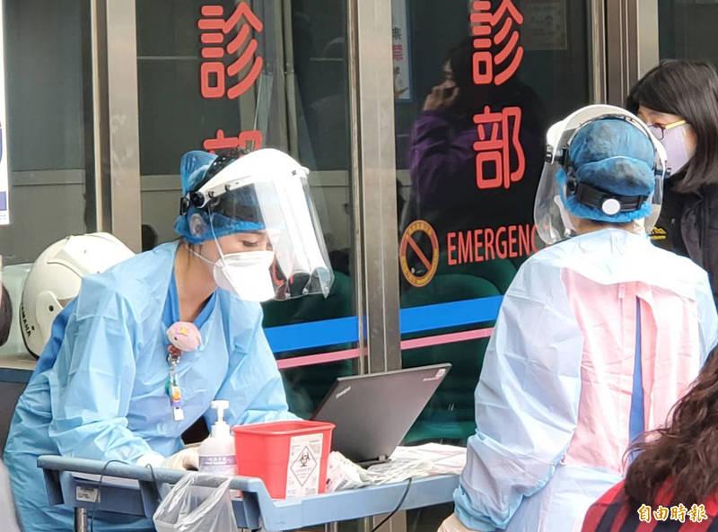 中壢天晟醫院針對與疑似發燒民眾進行接觸的醫護、職員和保全均一律配戴N95口罩、護目鏡、隔離衣以確保自身安全。(記者李容萍攝)