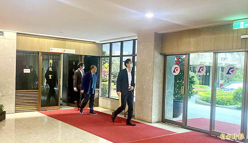 Powerchip Semiconductor Manufacturing Corp chairman Frank Huang, center, walks out of the Ministry of Economic Affairs briefing room after a lunch meeting with Minister of Economic Affairs Wang Mei-hua in Taipei yesterday. Photo: Huang Pei-chun, Taipei Times