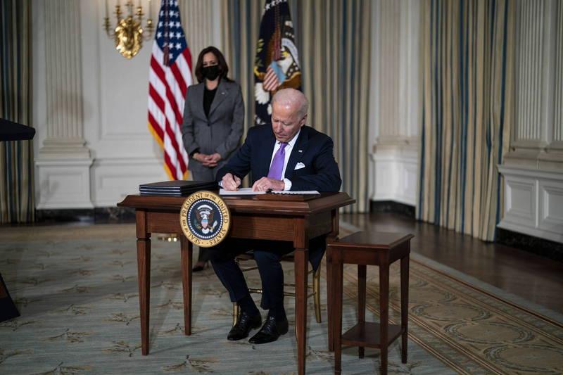 美總統拜登簽署行政命令推動平權。(歐新社)