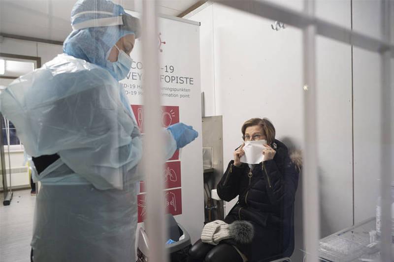 法新社彙整官方數據顯示,截至台灣27日晚間7時,全球至少215萬9155人死於2019冠狀病毒疾病(COVID-19,武漢肺炎),至少1億23萬6600例確診。圖為芬蘭醫護人員。(法新社)