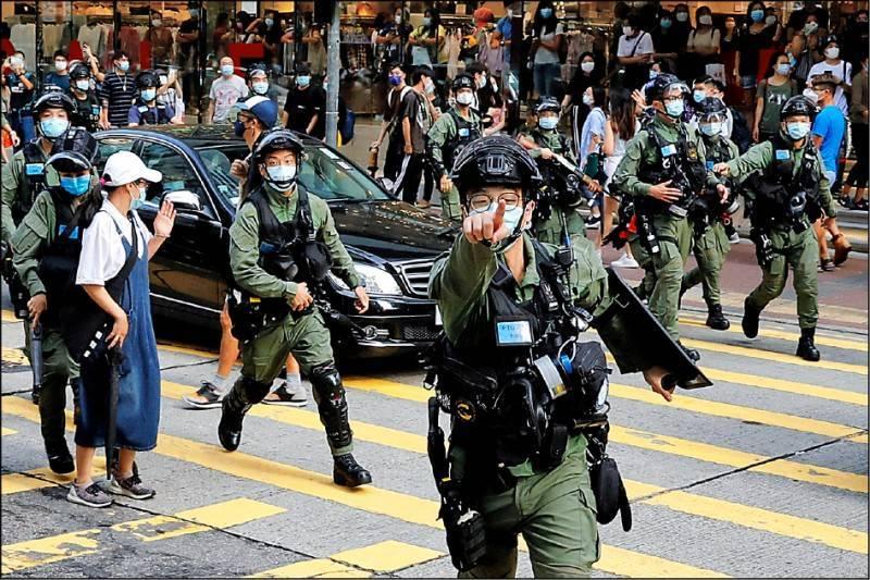 近日一名官媒女記者採訪期間疑遭警察毆打,導致腿部重傷,此為中國警察示意圖,與新聞中人事物無關。(路透)