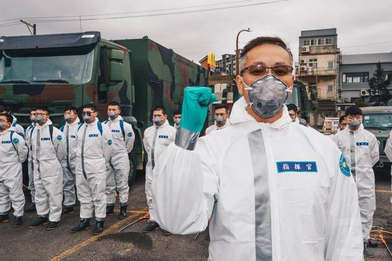 陸軍33化學兵群率隊指揮官龔龍峰上校,從一開始就投入消毒作業,甚至因此錯過兒子出生時刻。對此,龔上校表示,對家中有些愧疚,「只能在保家衛國方面百分百的付出,讓妻小可以為我感到驕傲」。(軍聞社)