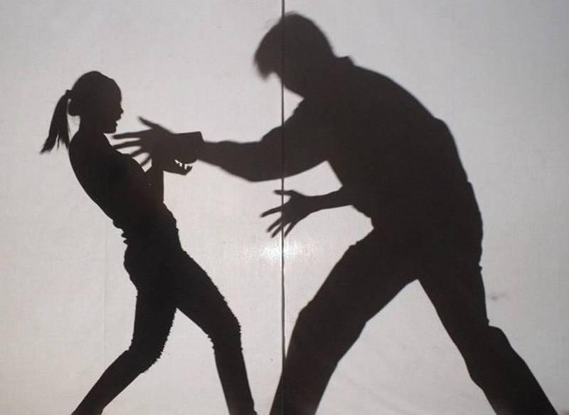 台中市黃姓男子去年8月底,在中市內一所大學校園內,見兩名女學生徒步行走,竟伸手摸其中1人胸部。(情境照)