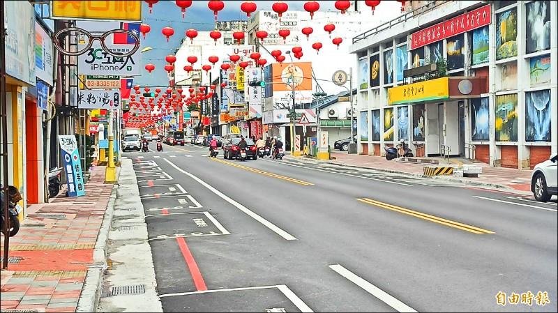 花蓮市區停車格建置智慧導引系統,今天起陸續在中山路等路段施工。(記者王錦義攝)