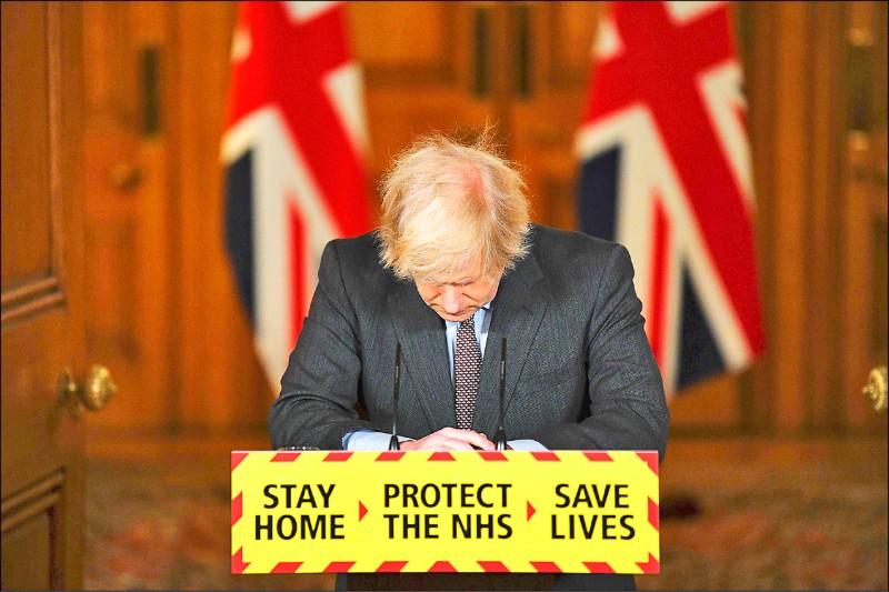 英國首相強森二十六日宣布,英國的武漢肺炎死亡病例突破十萬,他對政府的所有決策「負起全部責任」。(法新社)