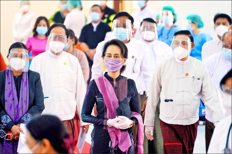 緬甸國務資政翁山蘇姬廿七日在首都奈比多一家醫院視察衛生工作人員接種疫苗。(法新社)