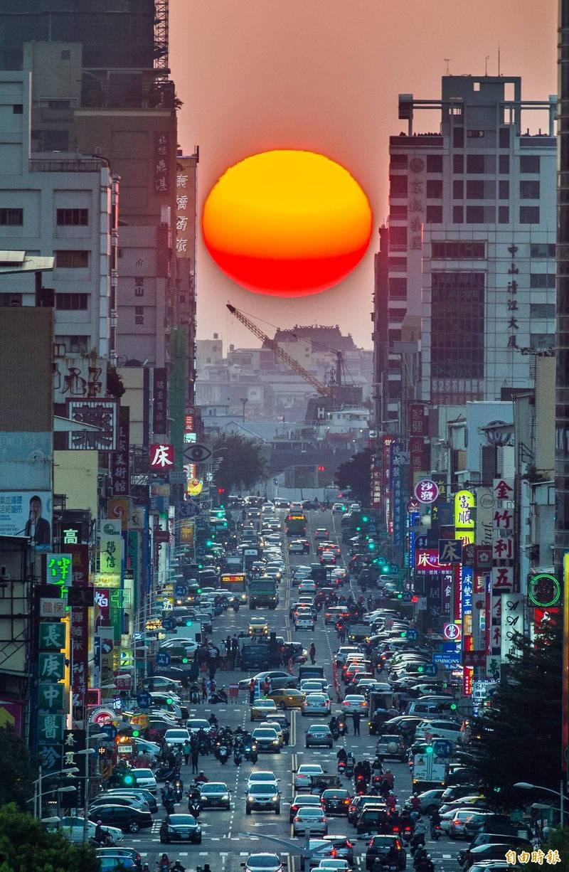 高雄青年路「懸日」奇景若有出現,從高處拍攝,夕陽會在最下端,最好看。(資料照,記者張忠義攝)