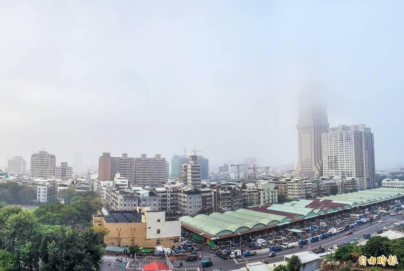 高雄這幾天的霧霾很嚴重,但也不是絕對會影響懸日的出現。(記者張忠義攝)