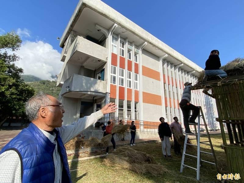 關山工商正打造傳統竹屋,台科大建築研究所及大學生也來學傳統建築智慧。(記者黃明堂攝)