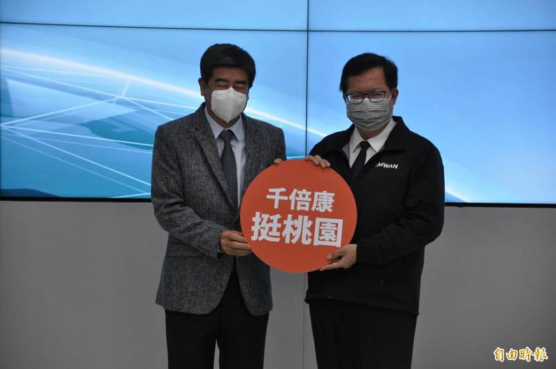 桃園市長鄭文燦(右)主持市府防疫會議時呼籲民眾別輕信謠言。(記者周敏鴻攝)