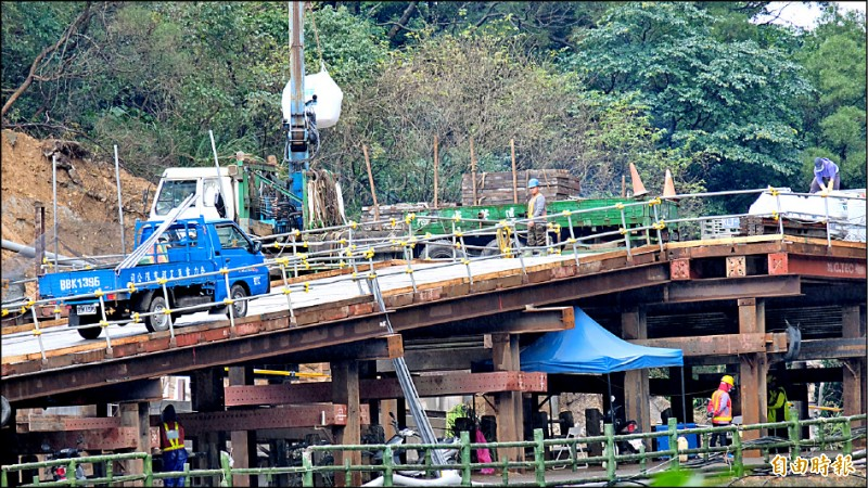 台鐵瑞芳─猴硐間邊坡於去年12月4日坍方造成路線中斷,東正線已於去年12月14日先搶通,正在搶修西正線。(記者林欣漢攝)