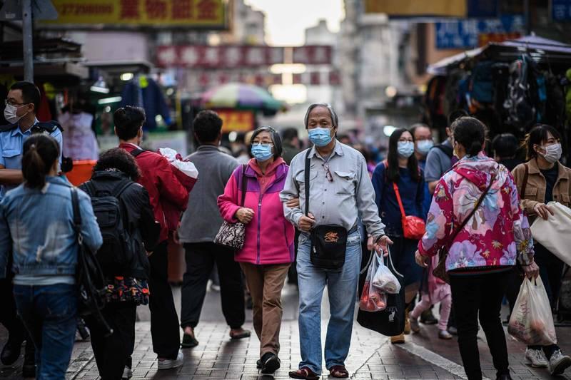 香港昨新增60例確診,57例本土病例中,有21例感染源不明。圖為香港街道。(法新社)