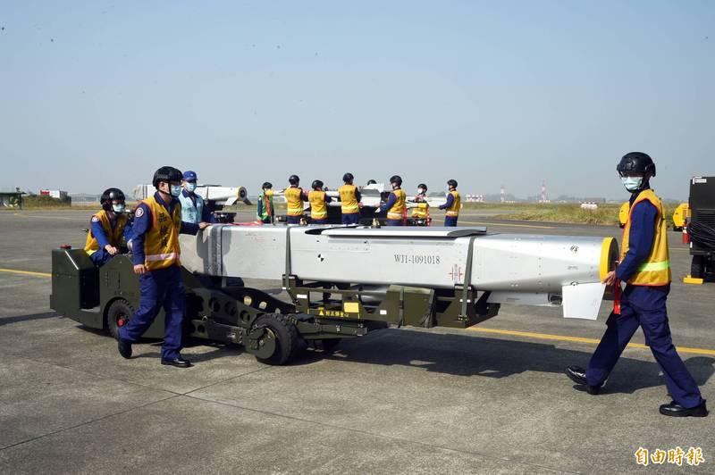 國造萬劍彈長度逾4公尺,需由車輛載運裝掛丶人員協助定位。(資料照)